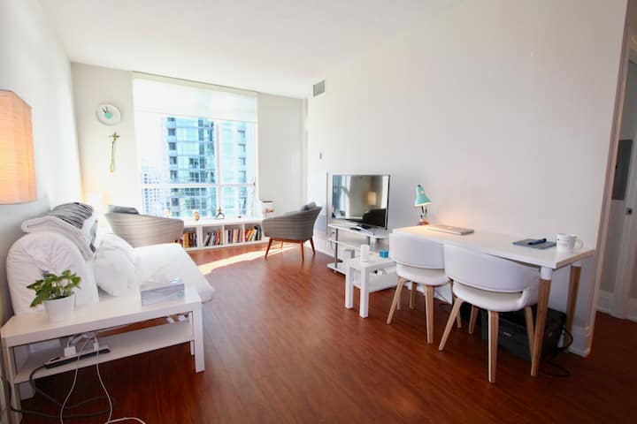 Sunny & Comfy Condo with City & Lake View/Parking