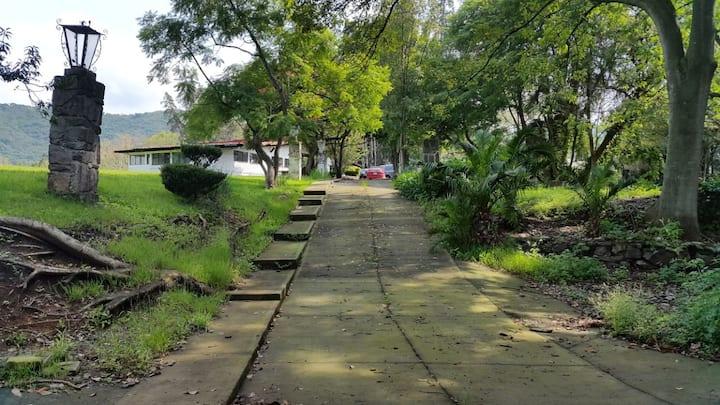 Casa Grande con Gran Jardín dentro del Pueblo