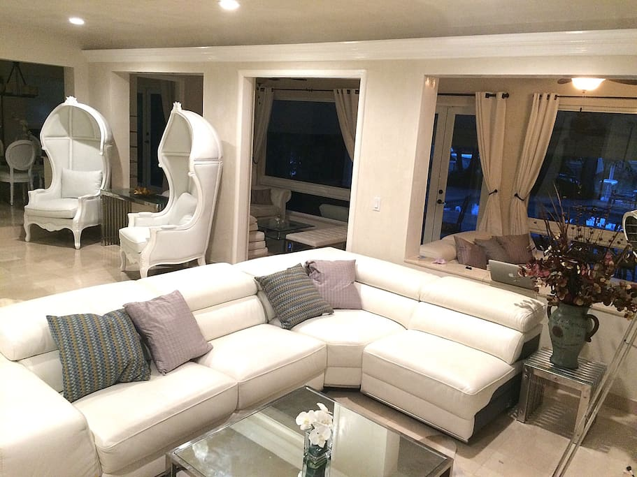 Tropical modern waterfront home casas en alquiler en for Muebles modernos en miami florida