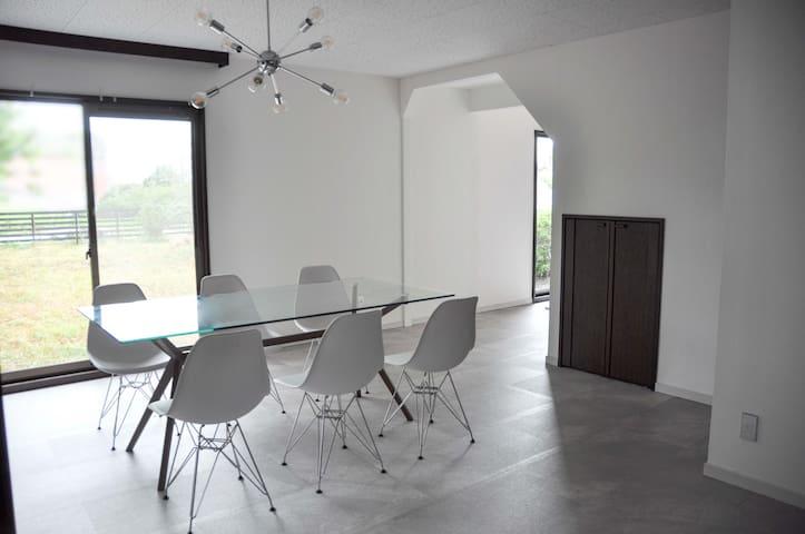 Riverside Beach House -BARRACA- 海も川も近いのどかな広庭の一軒家