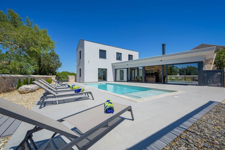 Modern Villa 115 with swimming pool