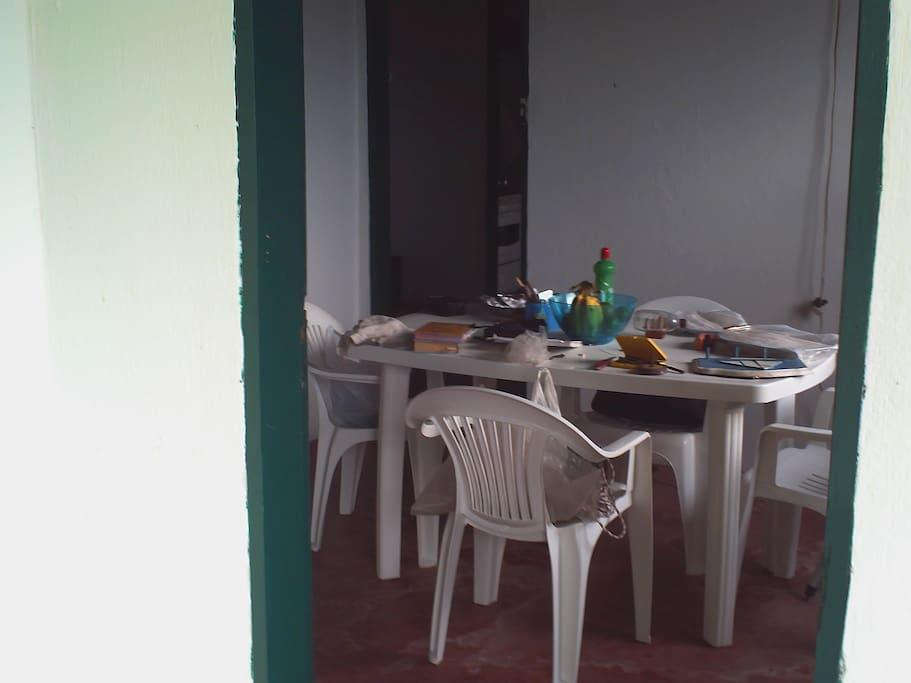 10 Ambiente simples alimentação feita pelos próprios usuários da casa, o visinho sr Celso poderia ou não dar refeições, melhor em Angra comprar os alimentos em supermercado e leva las para lá