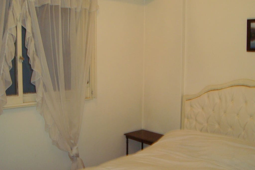 Un gran ventanal que con exquistas cortinas.