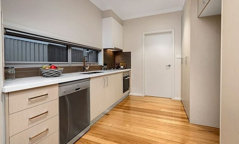 Comfort Living 10min to MELAirport & 20min to City - Glenroy - Reihenhaus