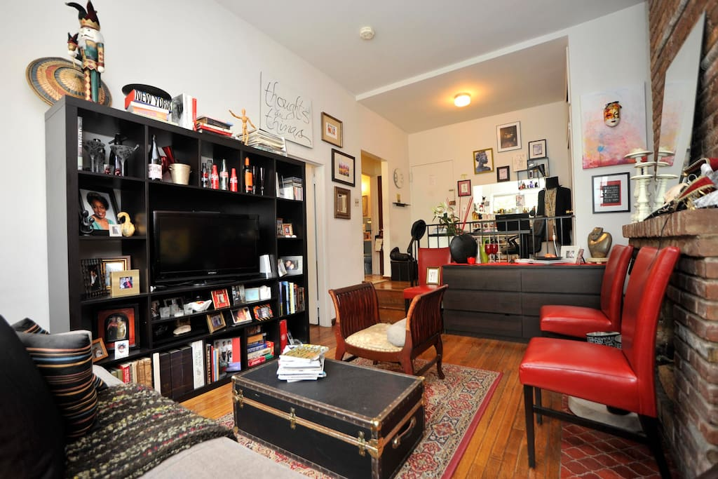 LivingRoom w/Flat screen TV, Stereo, WiFi & plenty of books...facing entry