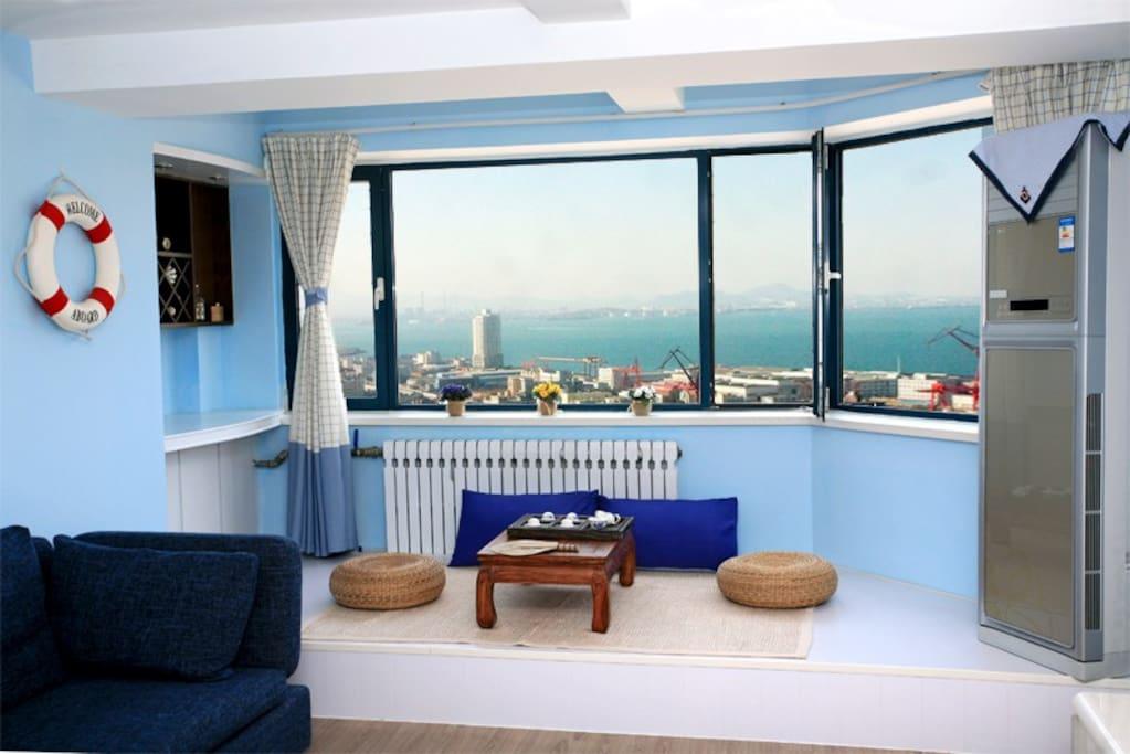 窗外天海一色,天好的时候可以和对面黄岛隔海相望。(注:沿海城市雾天较多,湛蓝色的海景要看运气奥!)