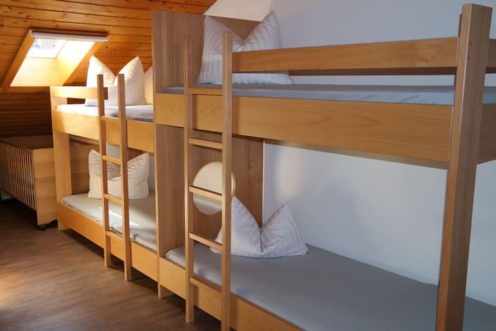 6 Schlafplätze in 3 Hochbetten plus ein Kinderbett - perfekt für Familien und Gruppen
