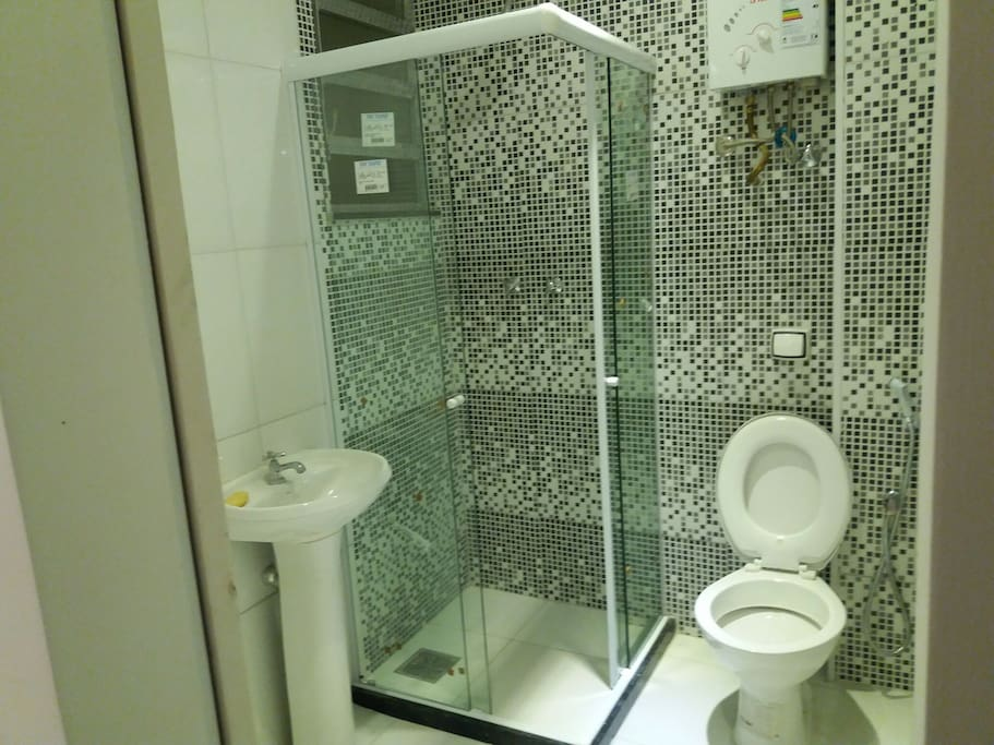 Bathroom. Please attent to the size of the shower box // Banheiro. Favor atentar no tamanho do box