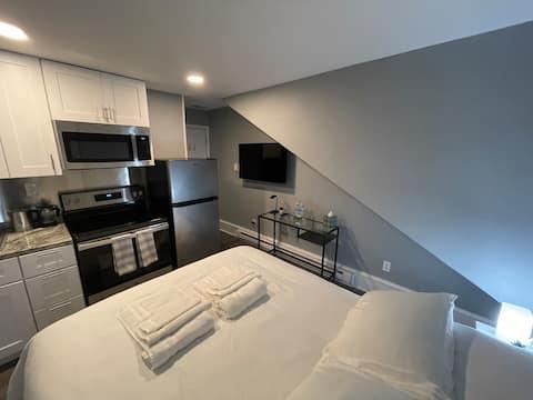New Chestnut Hill, 3rd Fl Apt#8 w/kitchen&St Pkng