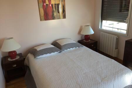 Chambre avec grand lit - Brignais