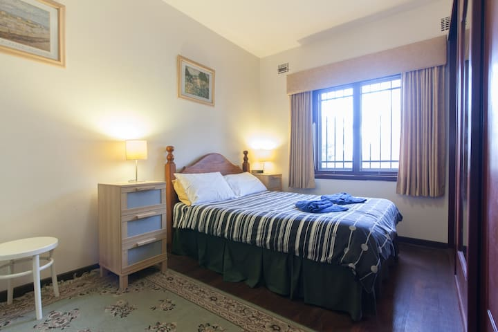(B3) Close to Hospitals, Cafés, UWA, CBD & River