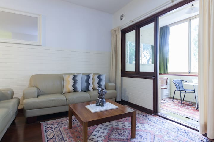 B2 Large apartment in Nedlands close to UWA