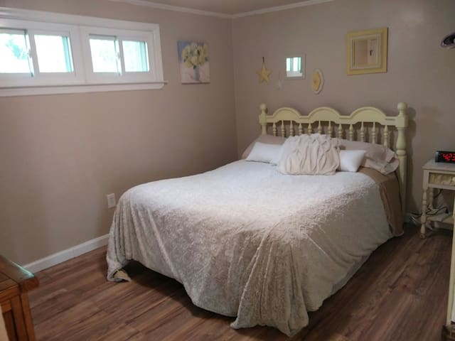 Quiet 1 bdrm house wash/dryer/futon