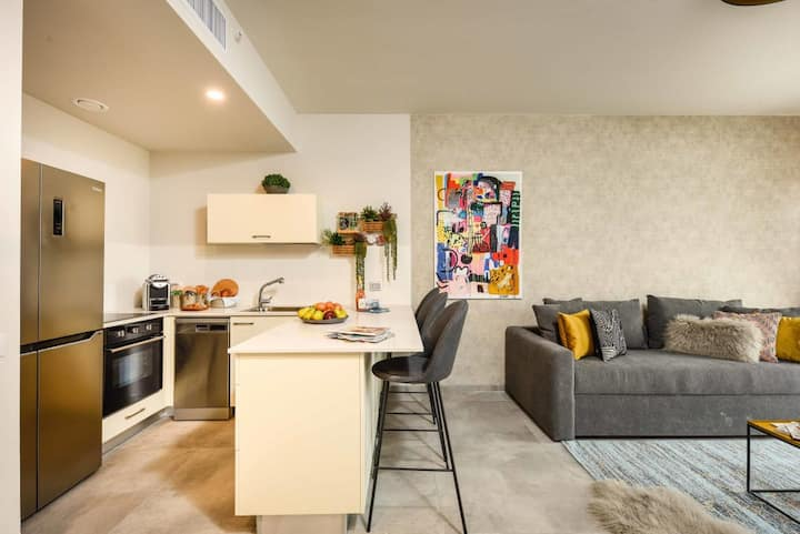 Bright & spacious 1BDR in City Center