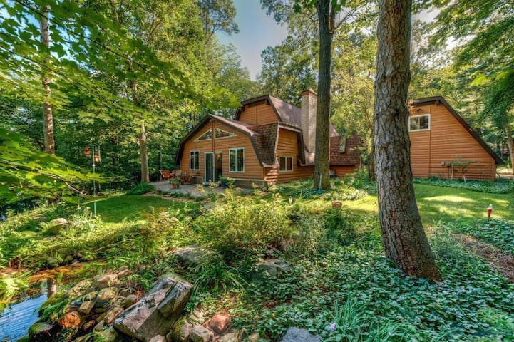 The Luxe Chalet on Red Cedar River, Many EXTRAS!