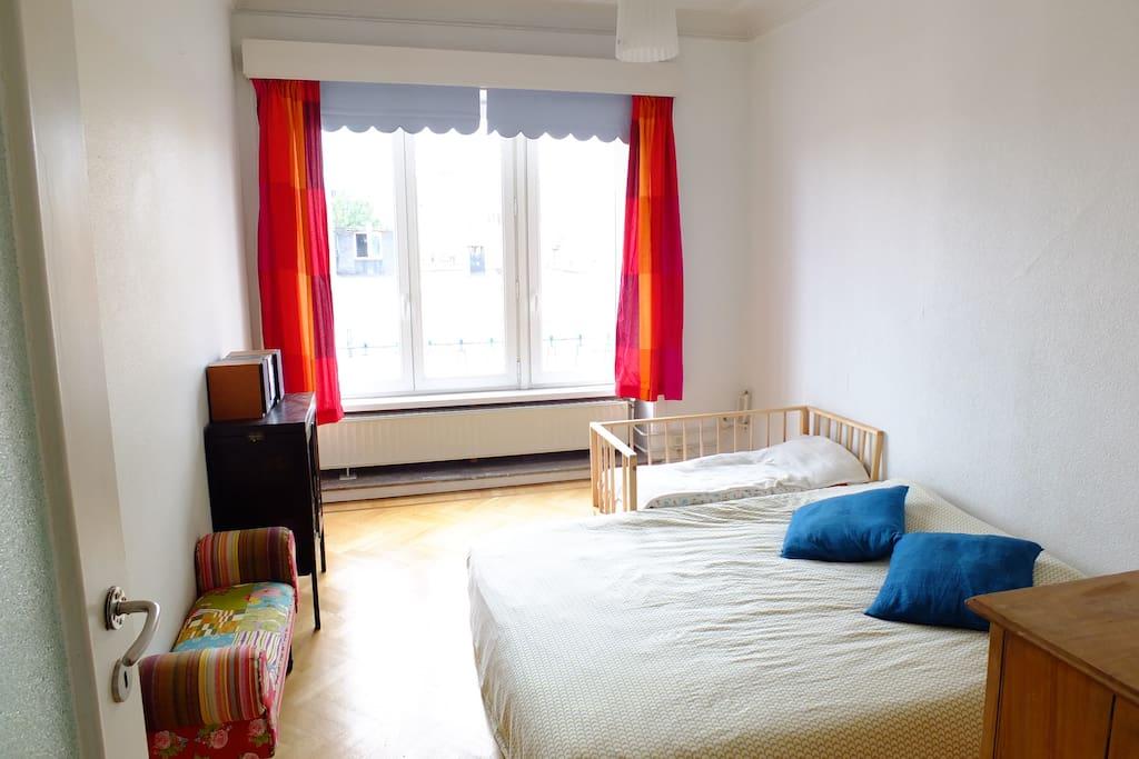 Chambre double avec lit de bébé