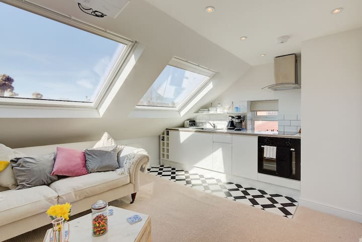 Stunning airy self contained loft, view to Shard