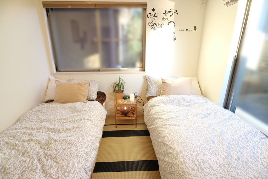 Sunny room. two single size bed.90cm×200cm  No extra bed. 2 person is better.There is no more extra bed or mattress prepared./  I changed the bed newly on 17th July! 日当たりの良い個室です。シングルベッド横90×縦200cmのベッドが2台あります。 それ以上のエキストラベッドや、敷布団の用意はありません。基本的には2名が適切人数になります。7/17にベッドを新しく入れ替えました。更に寝心地がよくなりました