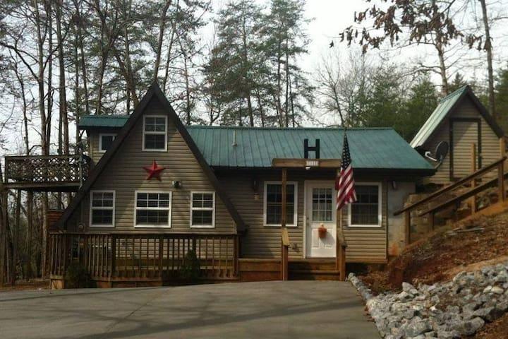 """The Diamond """"B"""" a Cozy Cabin Retreat"""