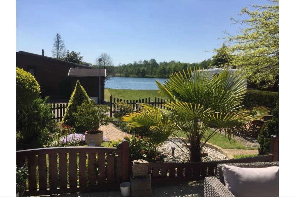 Garten mit Blick auf den See