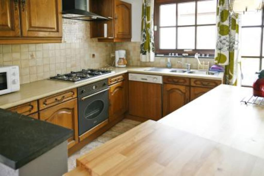 Cuisine parfaitement équipée : 5 becs au gaz; lave-vaisselle; four; micro-ondes; etc.