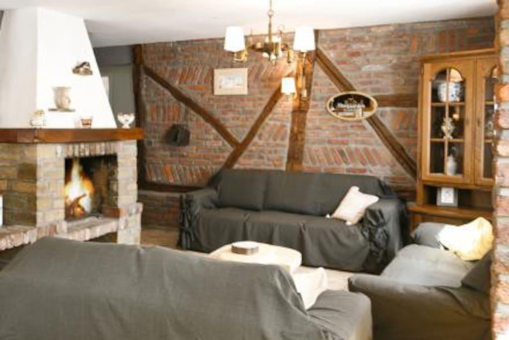 Cadre rustique et chaleureux; murs de briques apparents; feu ouvert