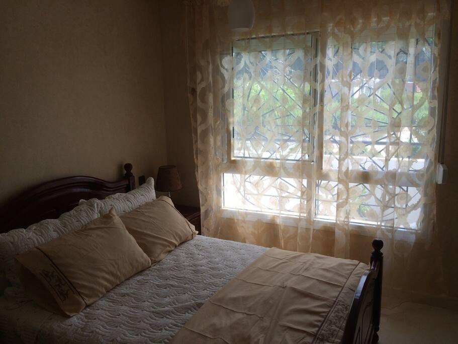 Chambre parentale avec lit double / parental room