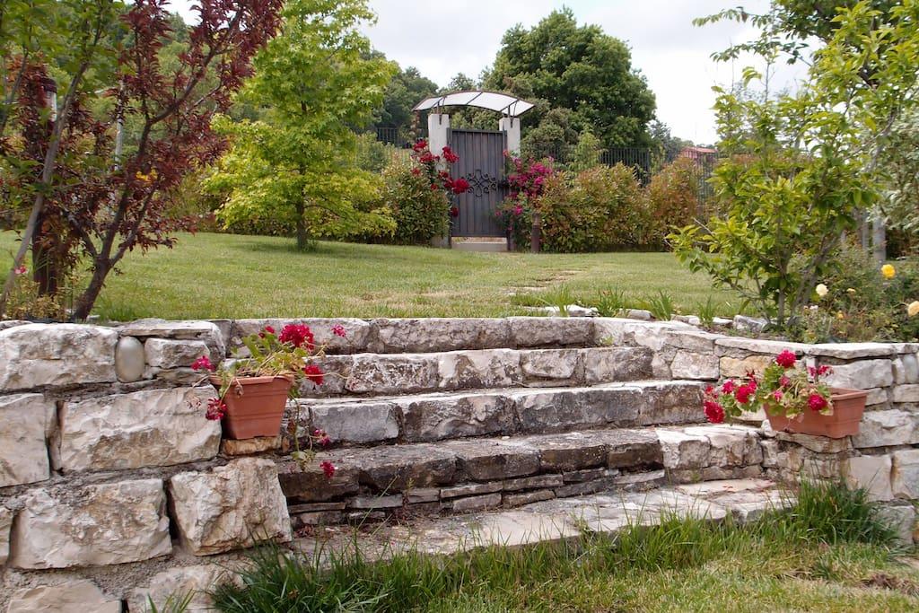 L'ingresso riservato agli ospiti del b&b, visto dal giardino.