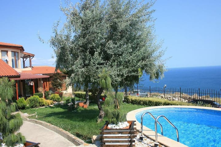 Holiday house with swimming pool - Albena - House