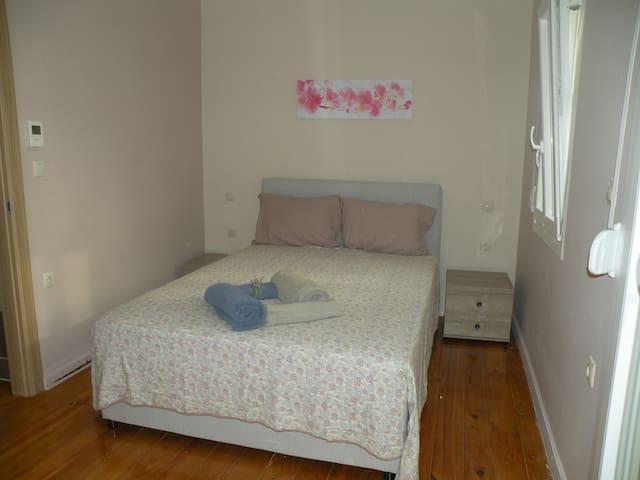 Double bed in bedroom #2 (overlooks garden) Διπλό κρεβάτι στο ΥΔ που βλέπει στον κήπο