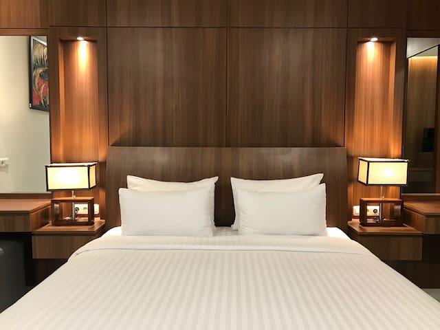 King bedroom with ensuite bathroom - option 1