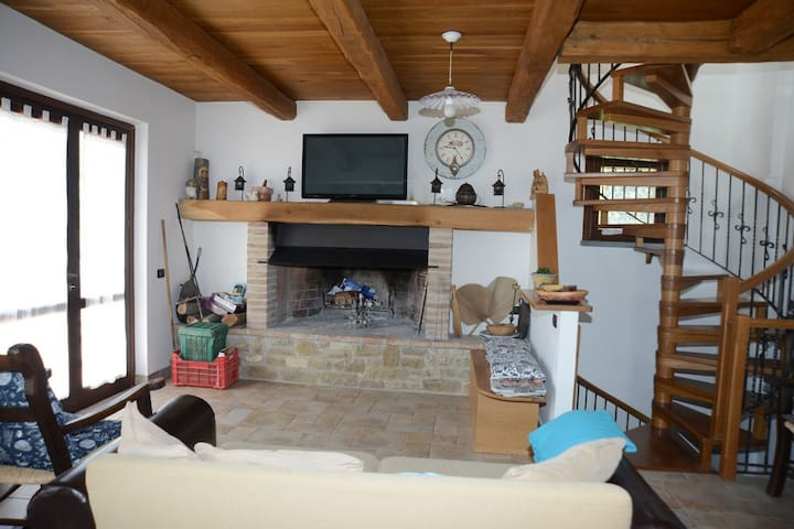 Family real working farmhouse in Umbria - Monteverde - House