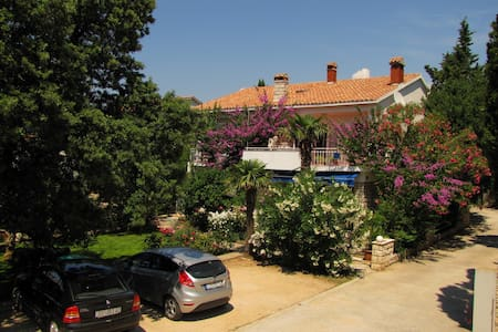 Rooms Mirjana, beautiful garden, near city center - Casa