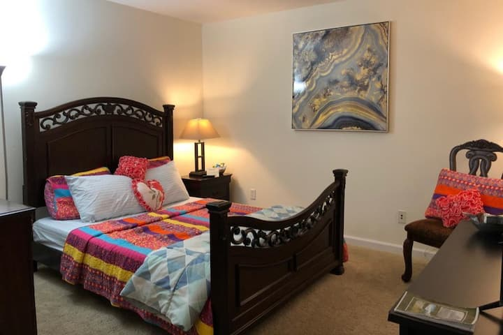 Cozy, SMART-Room near airport, UVM, St. Michael's