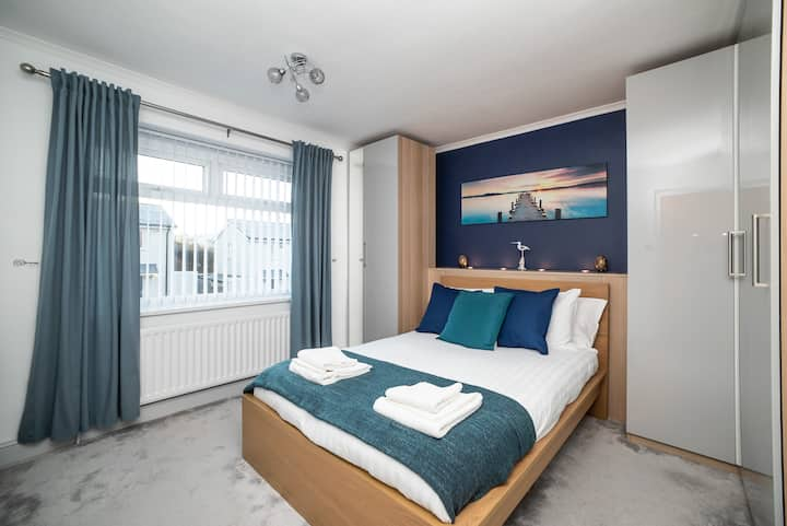 Gorgeous Modern 3 bedroom house - Free Parking and Netflix by WHA for Contractors, Relocation