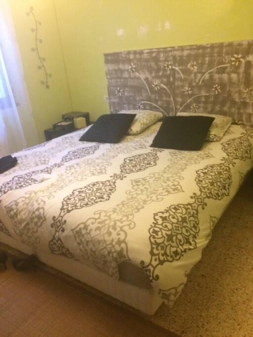 chambre au calme avec une grand lit en 180