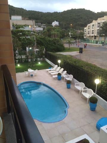 Vista da piscina da sacada da sala - apto no 1• andar , com Elevador