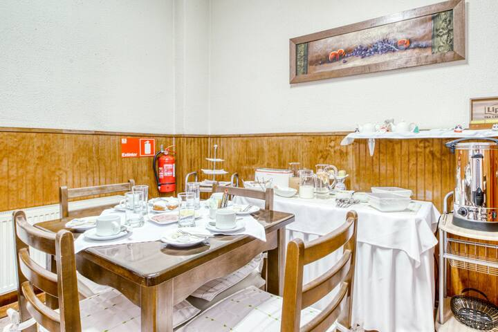 Delightful and comfortable hotel room w/shared dining room & free breakfast