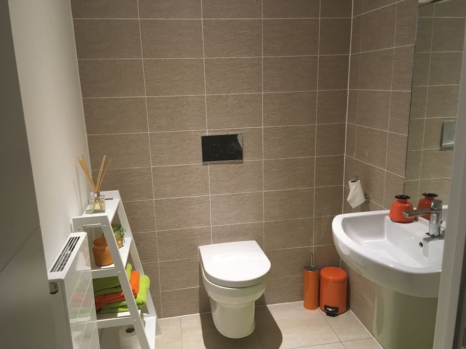 Guest washroom facilities (shared bathroom with shower also available)