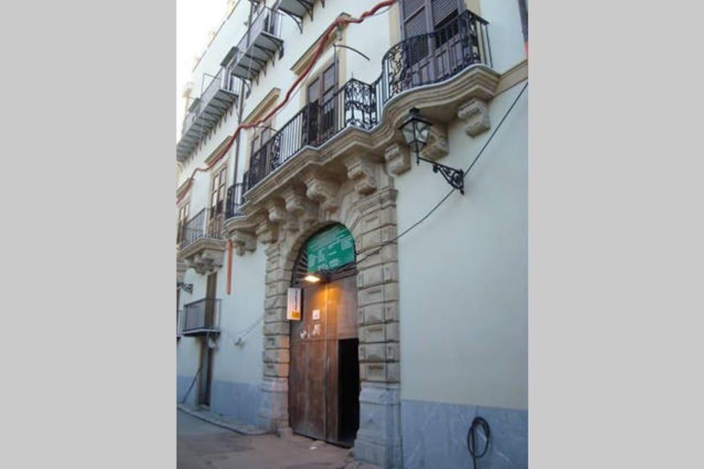 le mensole Barocche intagliate dei balconi e il portale a bugne.