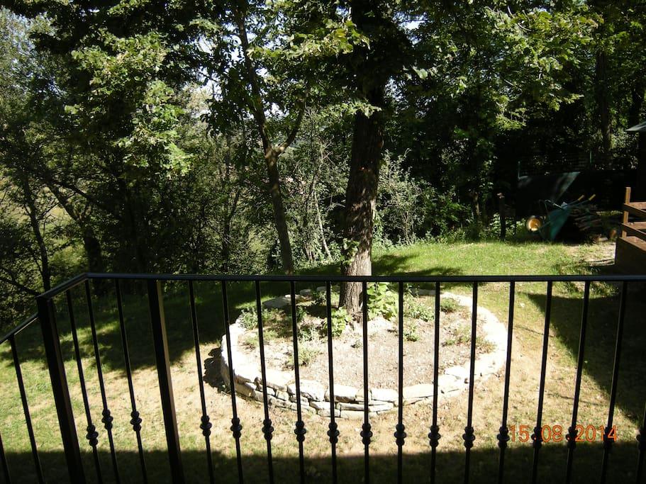 Il giardino visto dalla porta d'ingresso.