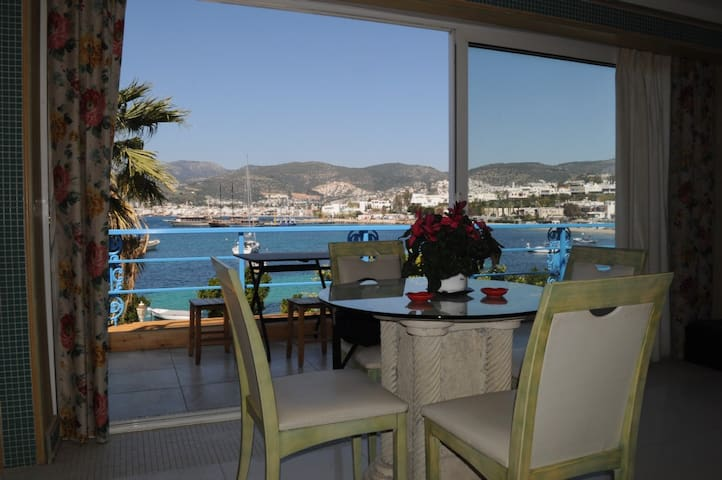 Best view of Bodrum 1+1 by the beach with pool - Bodrum - Lägenhet