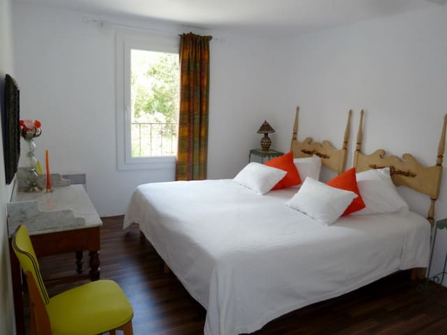 Aux 1000 délices, Orange bedroom - Lagrasse - Bed & Breakfast