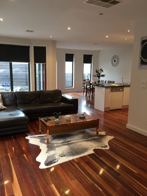 Modern townhouse in leafy quiet Coburg 7kms from city