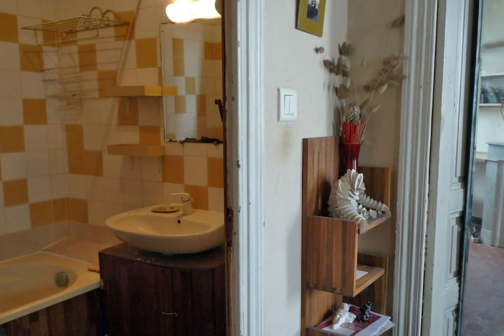Salle de bain, avec baignoire