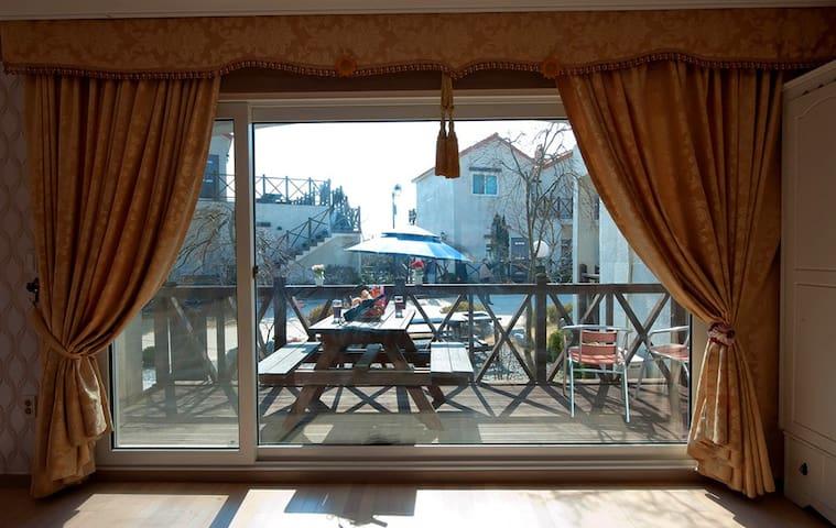 [안면도]화이트비치펜션 19평 브라운(가족룸/기준4인~최대6인) - Anmyeon-eup, Taean-gun - Pension (Korea)