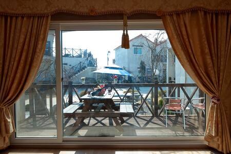 [안면도]화이트비치펜션 19평 브라운(가족룸/기준4인~최대6인) - Anmyeon-eup, Taean-gun - Pension (Corée)