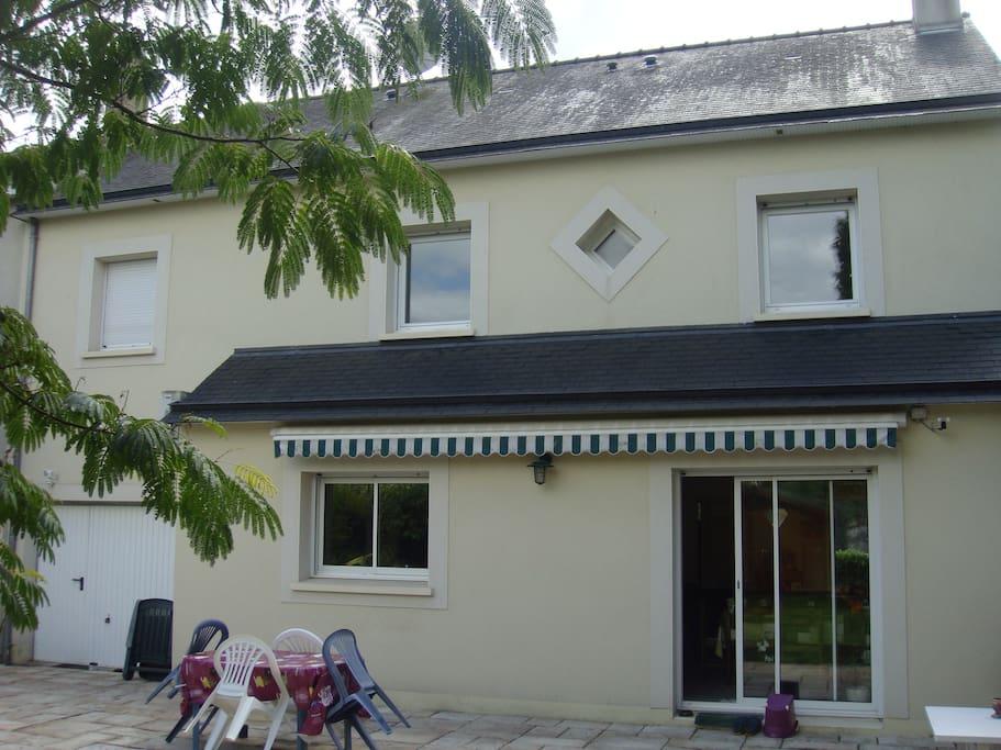 La maison, vue du jardin, avec terrasse et store-banne (indispensable pour protéger du soleil mayennais lors du repas)