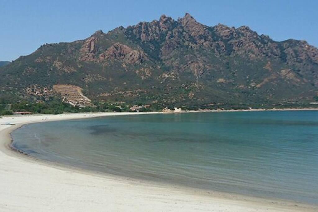 acqua trasparente dal fondale bassa con sabbia fine e vista monte Ferru