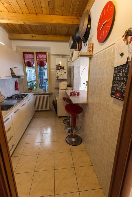 Tipica cucina all'italiana, adatta ad una famiglia o ad un gruppo di amici che vogliono godersi il calore torinese